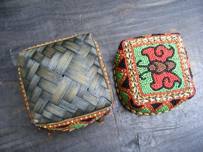 #1 NATIVE BEADS BOX & Woven Leaf Jewel Jewelry Container Chamber Tribal Borneo